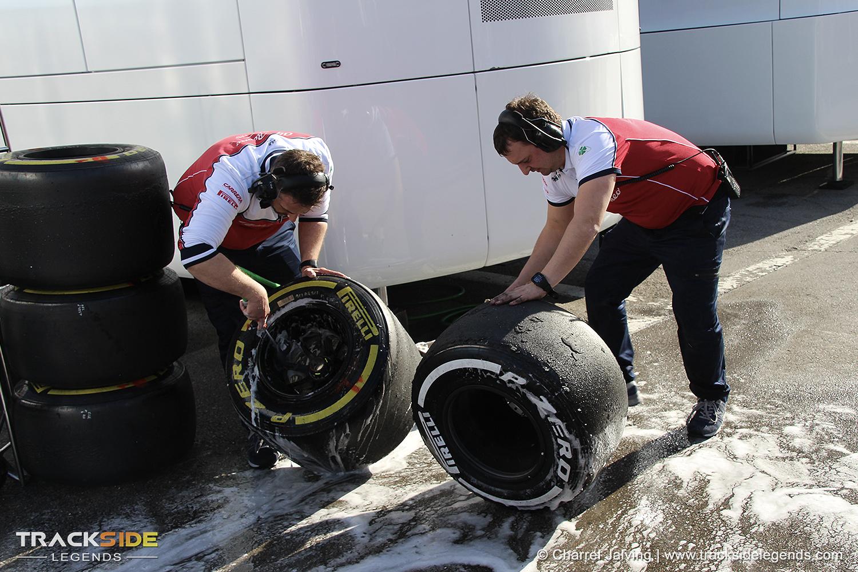 F1 Pre-season testing Day 1 - Team members cleaning tires - Alfa Romeo Racing